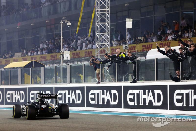 Nico Hulkenberg, Sahara Force India F1 VJM09 pasa por el equipo en el final de la carrera en cuarta posición en el Campeonato de constructores