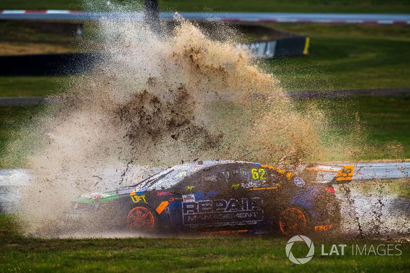 Alex Rullo, de Lucas Dumbrell Motorsport Holden, se sale