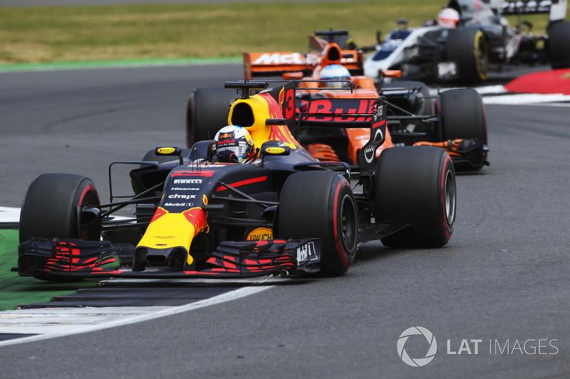 Daniel Ricciardo, Red Bull Racing RB13, Fernando Alonso, McLaren MCL32