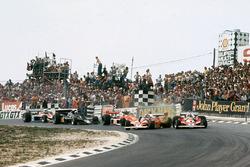 Clay Regazzoni, Ferrari 312T2, crashes into Niki Lauda, Ferrari 312T2