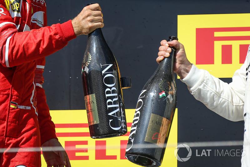 Podio: ganador de la carrera Sebastian Vettel, Ferrari y tercer lugar Valtteri Bottas, Mercedes AMG