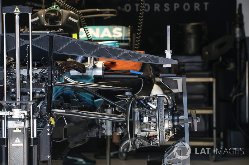 Mercedes-Benz F1 W08 Hybrid front wheel hub and front suspension detail