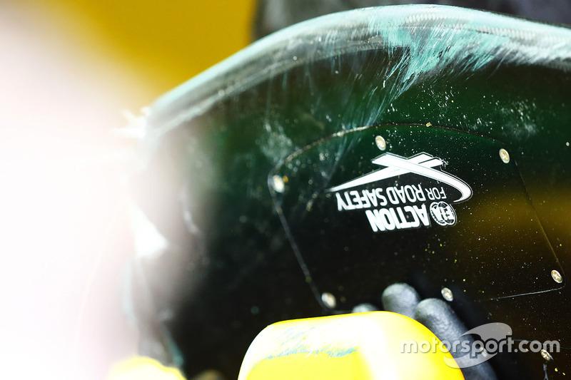 Logo FIA Road Safety auf dem Flügel vom Renault Sport F1 Team RS17