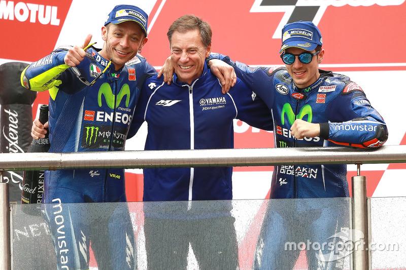 подіум: Валентино Россі, керівний директор Лін Джарвіс, Маверік Віньялес, Yamaha Factory Racing