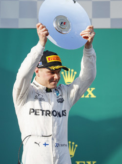 Valtteri Bottas, Mercedes AMG, troisième, avec son trophée