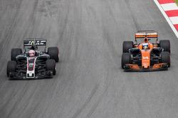 Kevin Magnussen, Haas F1 Team VF-17, Fernando Alonso, McLaren MCL32
