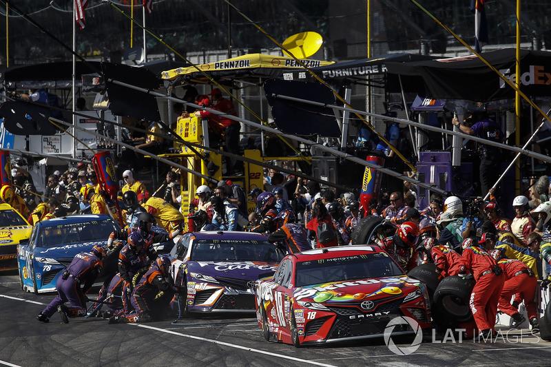 Kyle Busch, Joe Gibbs Racing ToyotaMartin Truex Jr., Furniture Row Racing Toyota pit stop Denny Haml