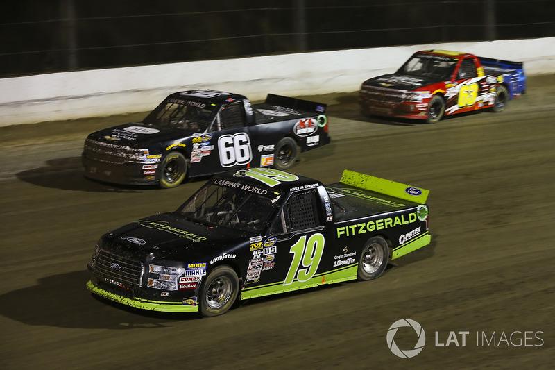 Austin Cindric, Brad Keselowski Racing Ford y Ken Schrader, K&L Ready Mix/ Midwest Logistics Systems Chevrolet Silverado