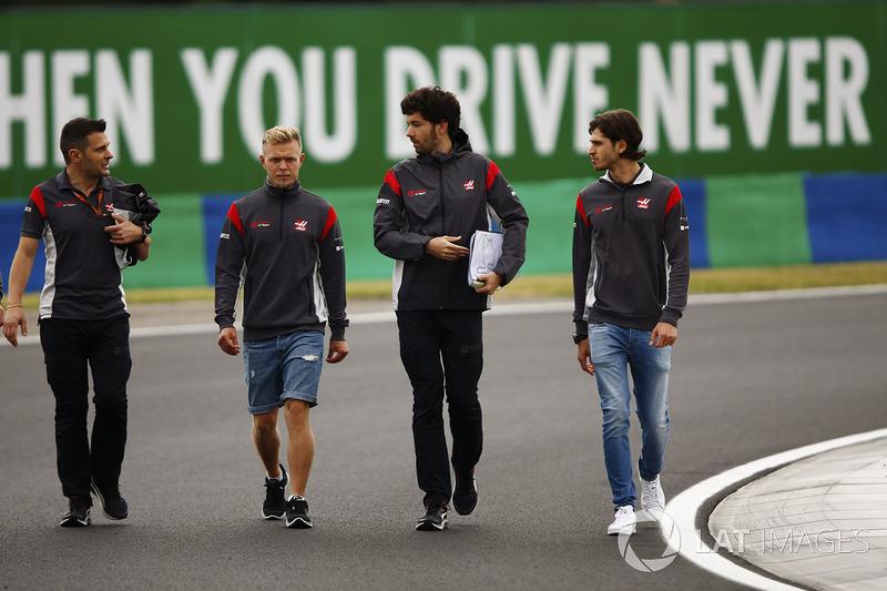 Kevin Magnussen, Haas F1 Team, Antonio Giovinazzi, Haas F1 Team piloto de prueba camina en la pista