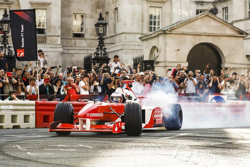 Jenson Button, McLaren, con Naomi Campbell en el coche de 2 plazas