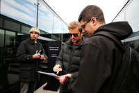 Nico Rosberg schreibt Autogramme