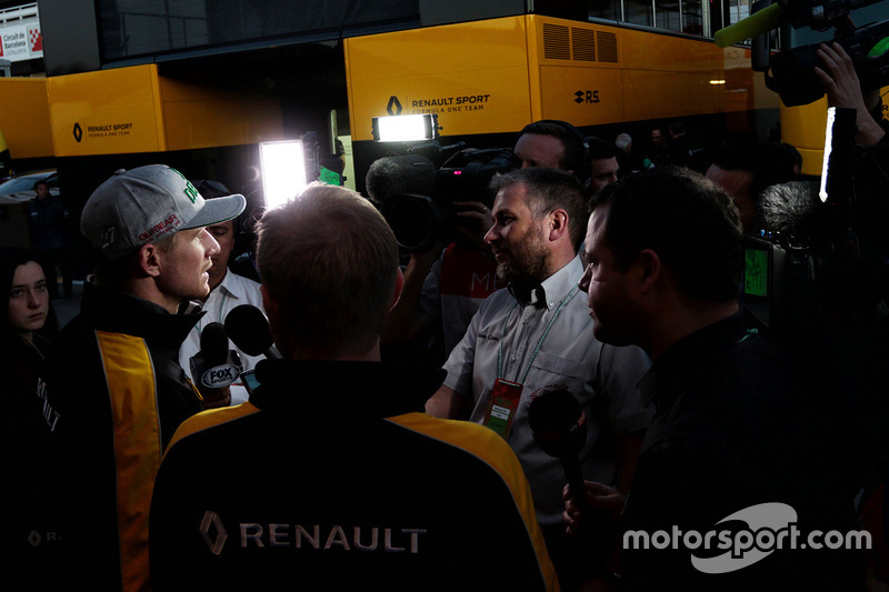 Nico Hulkenberg, Renault Sport F1 Team RS17 with the media