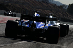 Lewis Hamilton, Mercedes AMG F1 W08 lidera a Marcus Ericsson, Sauber C36