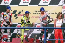 Podium : le vainqueur Valentino Rossi, Honda, le deuxième Norick Abe, Yamaha, le troisième Alex Criville, Honda