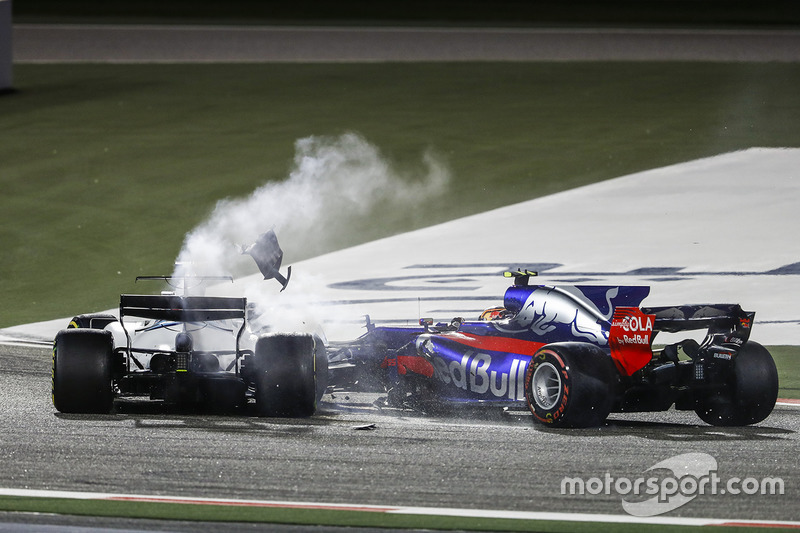 9. Lance Stroll, Williams FW40, Carlos Sainz Jr., Toro Rosso STR12, chocan y se retira