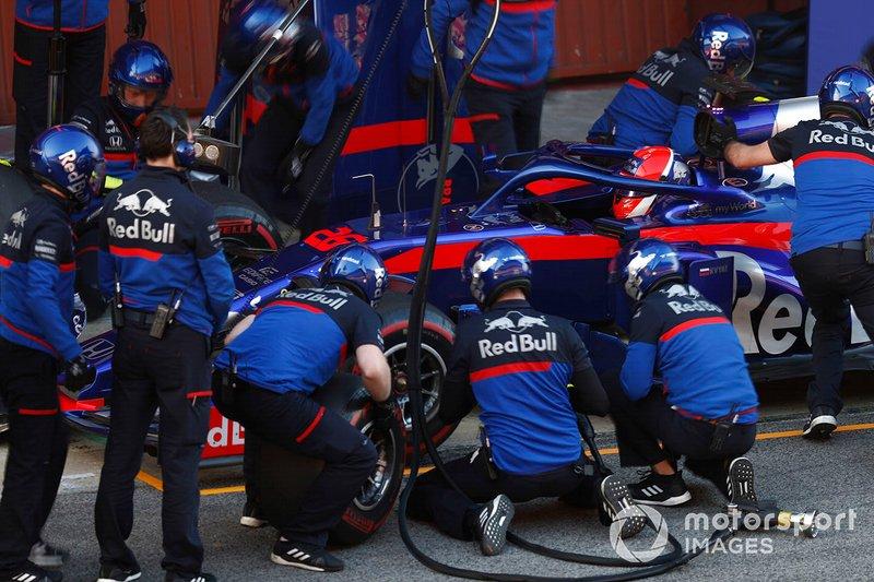 Daniil Kvyat, Scuderia Toro Rosso STR14, pit stop