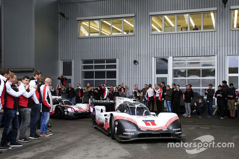Les membres de Porsche Team au centre de Recherche et Développement de Weissach, avec la Porsche 919 Hybrid Evo