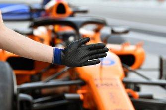 Carlos Sainz Jr., McLaren MCL33 and mechancis glove