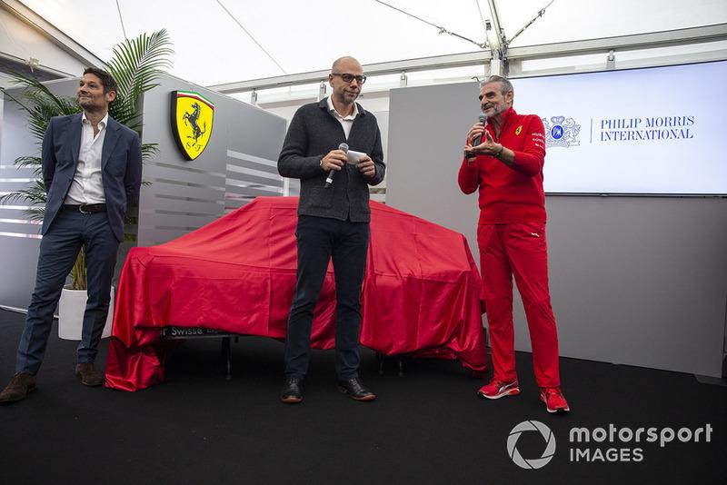 Мауріціо Аррівабене, керівник команди Ferrari , презентує нову ліврею