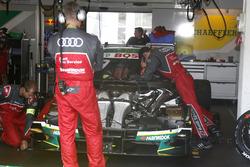 Mechaniker am Auto von Mike Rockenfeller, Audi Sport Team Phoenix, Audi RS 5 DTM