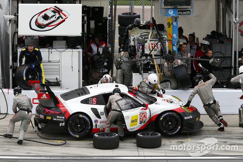 #912 Porsche Team North America Porsche 911 RSR: Kevin Estre, Laurens Vanthoor, Richard Lietz, pit action