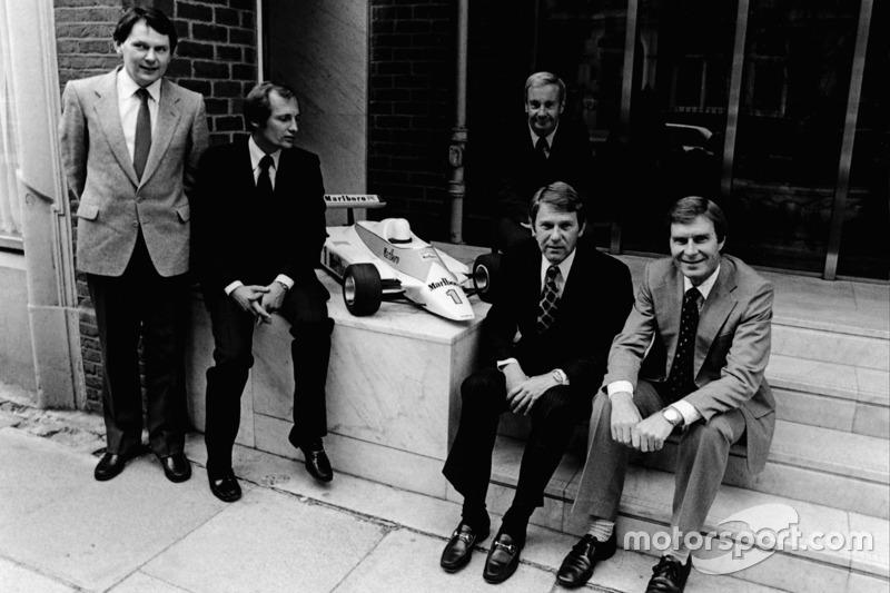 G à D : John Barnard et Ron Dennis McLaren International, Teddy Mayer derrière Tyler Alexander et Creighton Brown avec la maquette de la McLaren MP4/1