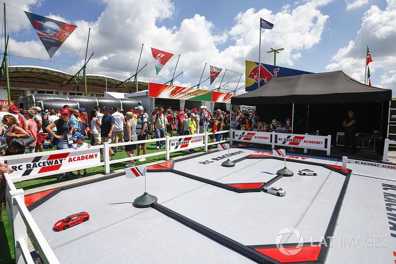 RC Raceway Academy en fan village