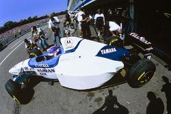 Ukyo Katayama, Tyrrell 024 sort des stands avec des pneus avant à l'arrière