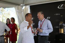 Кай Ебел, репортер RTL, Шон Братчес, керуючий комерційний директор Формули 1, на презентації офіційного напою Ф1 шампанського Carbon