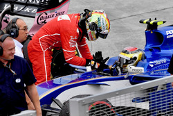 Sebastian Vettel, Ferrari thanks Pascal Wehrlein, Sauber C36 for the lift