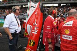 Jo Bauer, Delegato Tecnico FIA guarda i meccanici Ferrari attorno alla monoposto di Kimi Raikkonen, Ferrari SF70H