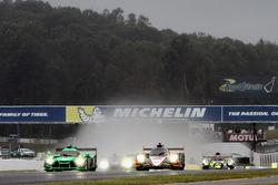 GT start: #62 Risi Competizione Ferrari 488 GTE: Toni Vilander, Giancarlo Fisichella, Alessandro Pier Guidi aan de leiding