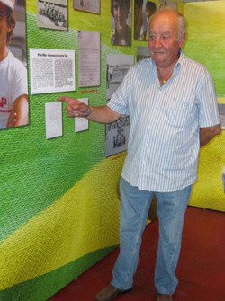 Angelo Parrilla, fondatore DAP, indica una foto di Ayrton Senna