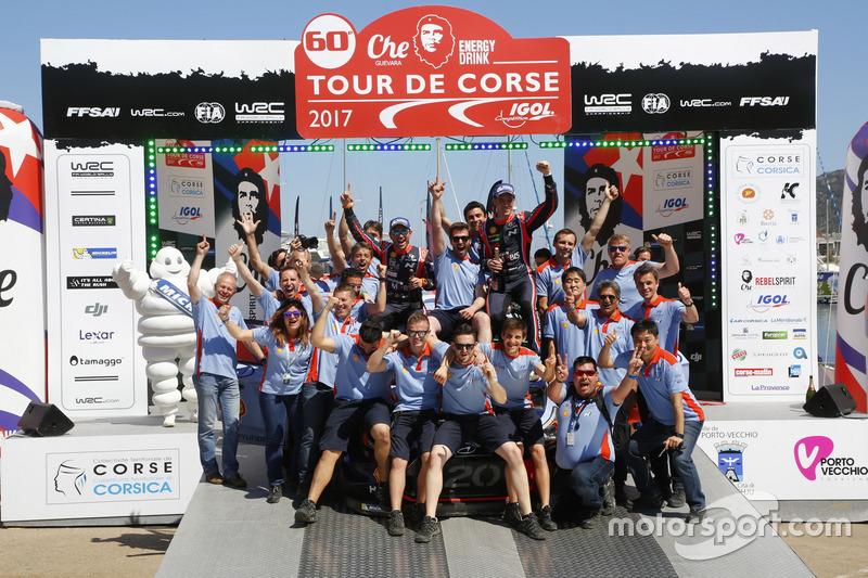 Winners Thierry Neuville, Nicolas Gilsoul, Hyundai i20 Coupe WRC, Hyundai Motorsport with the team