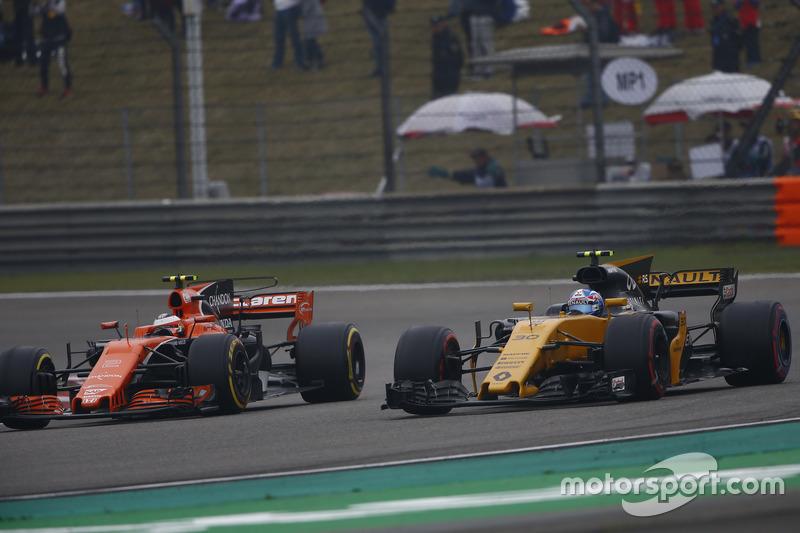 Jolyon Palmer, Renault Sport F1 Team RS17, passes Stoffel Vandoorne, McLaren MCL32