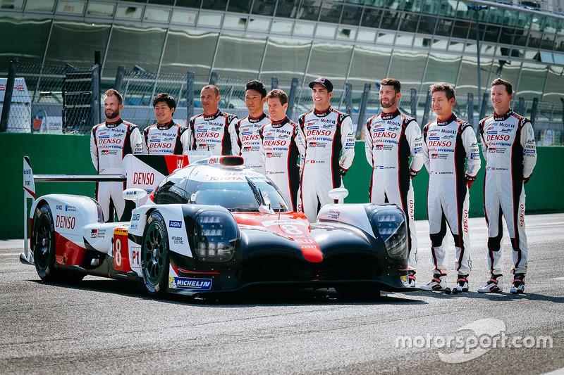 El nuevo Toyota Gazoo Racing Toyota TS050 híbrido y los controladores: Anthony Davidson, Nicolas Lap