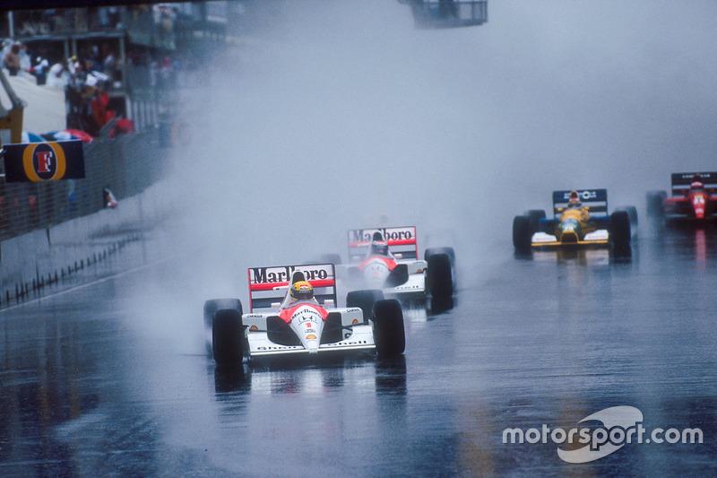 Ayrton Senna lidera a su compañero Gerhard Berger, McLaren MP4/6 Honda, Nigel Mansell, Williams FW14 Renault, detrás del auto de Berger con estela de agua de Jean Alesi, Ferrari 643, en el inicio