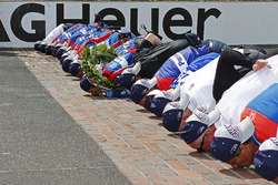 Takuma Sato, Andretti Autosport Honda kisses the bricks with his team