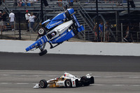 Crash: Scott Dixon, Chip Ganassi Racing, Honda, und  Helio Castroneves, Team Penske, Chevrolet, entkommt