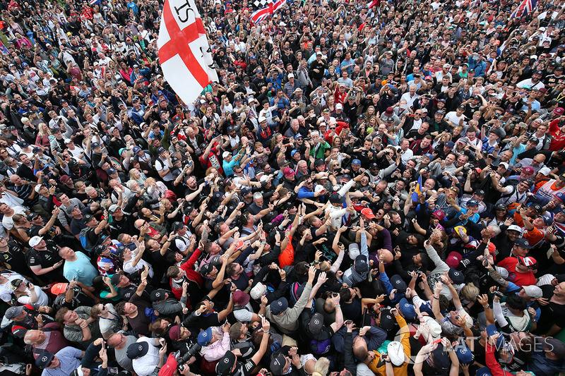 Ganador de la carrera Lewis Hamilton, Mercedes AMG F1 surfea sobre la multitud
