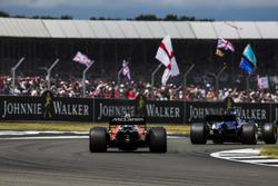Marcus Ericsson, Sauber C36, Fernando Alonso, McLaren MCL32