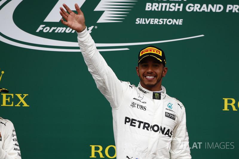 Ganador de la carrera Lewis Hamilton, Mercedes AMG F1, celebra la victoria en el podio