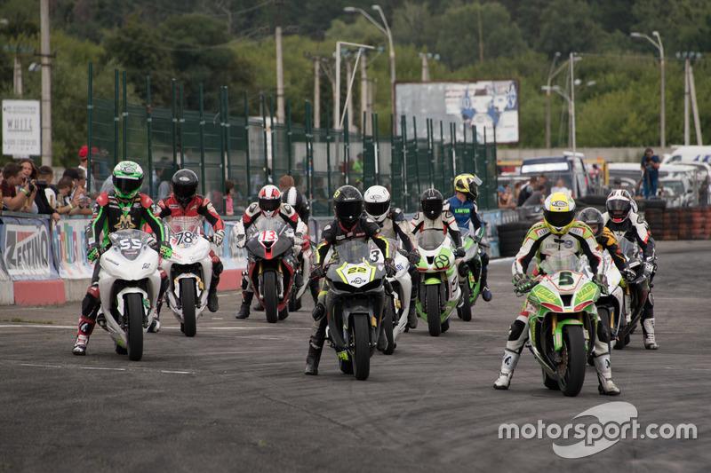 Старт гонки класів Supersport-300, Lady та Master