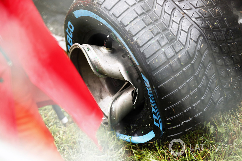Пошкоджене колесо Haas VF-17 Ромена Грожана