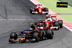 Карлос Сайнс мл., Scuderia Toro Rosso STR11 едет впереди Себастьяна Феттеля, Ferrari SF16-H