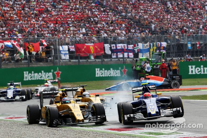 #7. Crash zwischen Jolyon Palmer, Renault Sport F1 Team RS16 und Felipe Nasr, Sauber C35