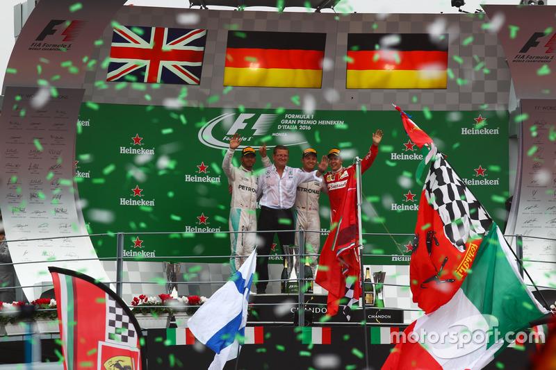 Podio: secondo Lewis Hamilton, Mercedes AMG F1; il vincitore Nico Rosberg, Mercedes AMG F1; terzo Sebastian Vettel, Ferrari
