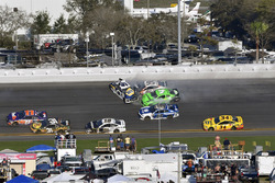Chase Elliott, Hendrick Motorsports Chevrolet Camaro, Kasey Kahne, Leavine Family Racing Chevrolet Camaro and Danica Patrick, Premium Motorsports Chevrolet Camaro wreck