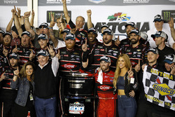 Ganador de la carrera Austin Dillon, Richard Childress Racing Chevrolet Camaro con el equipo
