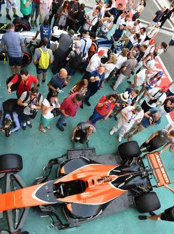 McLaren MCL32 y fans en pit lane